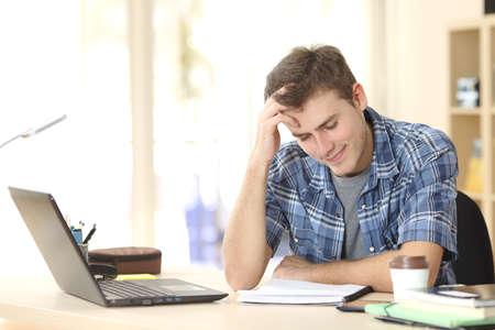 convivencia escolar: Estudiante estudiar y aprender las notas de lectura en un escritorio en su habitación en casa Foto de archivo