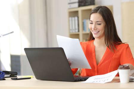 線作業と少しオフィス デスクトップやホームの予測およびグラフィックの文書を比較する起業家 写真素材
