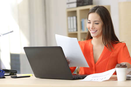 Empresario en la línea de trabajo y la comparación de previsión y documentos gráficos en una pequeña mesa de la oficina o el hogar