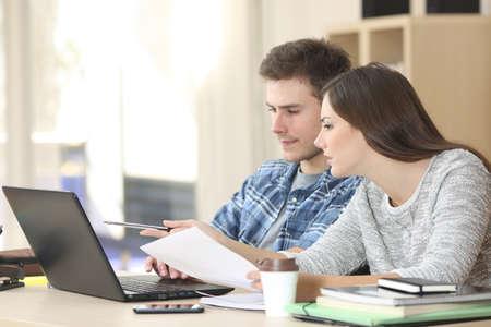 공부하고 백그라운드에서 창 집에서 책상에 줄에 노트북으로 다른 학생을 가르치는 세심 소녀의 프로필