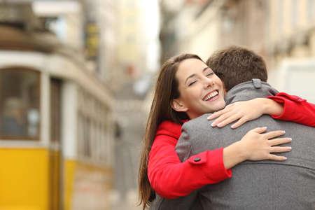 Incontro di una coppia felice abbracciando in amore in strada dopo un viaggio in tram in uno scenario colorato