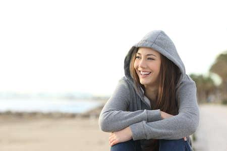 웃으면 서 해변 밖에 서보고 행복 한 십 대 소녀의 초상화
