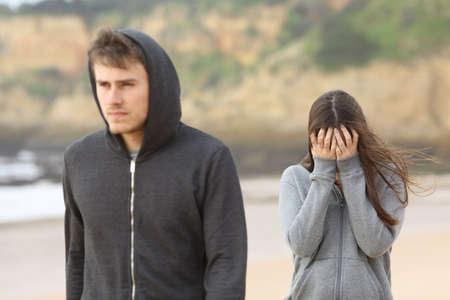 Teenager pár rozešel. Rozzlobený přítel opustí jeho smutný přítelkyně