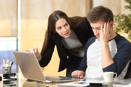 jefe enojado: Jefe regañando a un empleado de la vergüenza en el trabajo en una oficina