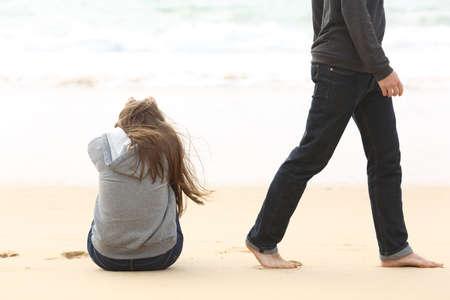 Pares del adolescente romper y terminando relación tras una discusión. piernas novio deja a su novia triste y desaparecen Foto de archivo - 61935135