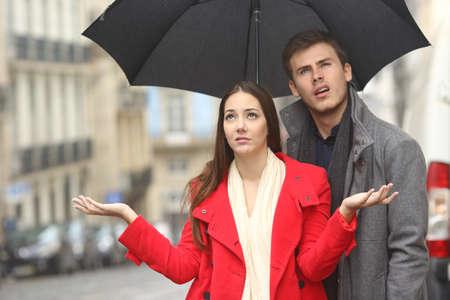 비에서 비오는 날에 짜증 혐오 부부의 초상화 겨울 우산