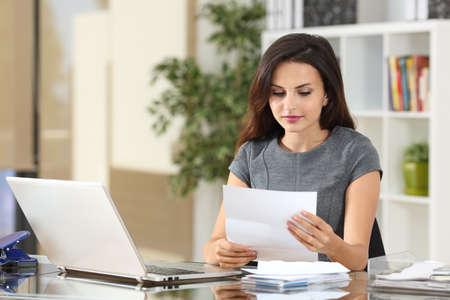 Portret businesswoman pracy w biurze czytanie listu w pulpicie
