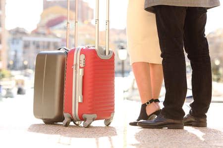 Torna vista ravvicinata di un gambe dei viaggiatori e valigie in una posizione di viaggio in un porto in vacanza