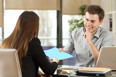 기업인 회의 및 작업 및 사무실에서 책상에 문서를 공유