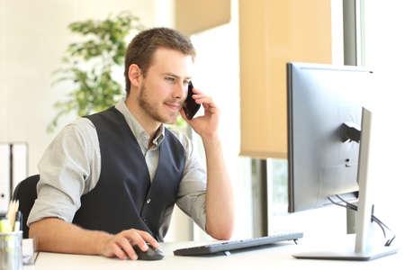 カスタマー サービスに電話を呼び出すと、バック グラウンドのウィンドウとオフィスでデスクトップ コンピューターを使用しての実業家