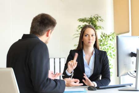 Boss zu leugnen, etwas zu sagen nicht mit einer Fingergeste auf einen gestauchten Mitarbeiter in ihrem Büro