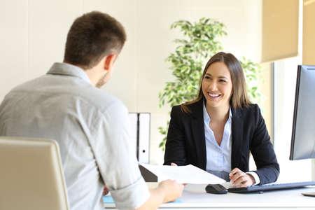 Guy geeft een curriculum vitae aan zijn interviewer in een sollicitatiegesprek