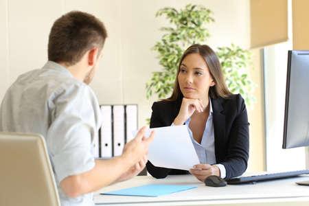 Man sucht die Beschäftigung in einem schlechten Job-Interview mit der Interviewer suchen mistrustful Standard-Bild - 68878914