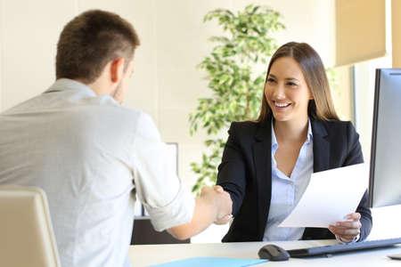 Entrevista de trabajo exitosa con la protuberancia y el apretón de manos de los empleados Foto de archivo - 69027595