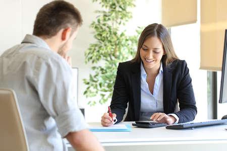 Szczęśliwy profesjonalny agent i kalkulacja klienta w biurze