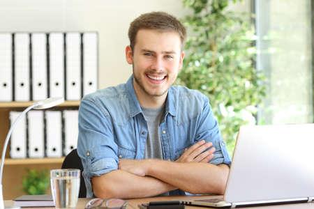 Trots freelance man die op kantoor en camera kijken