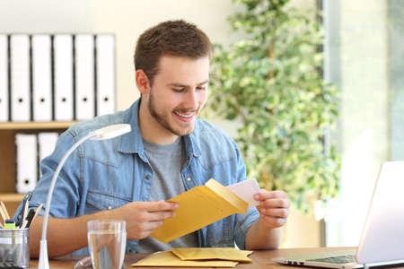 기업가 사무실에서 바탕 화면에 패딩이 봉투를 여는