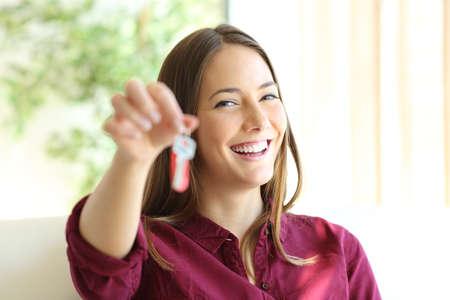 Glücklicher Wohnungseigentümer oder Mieter, der Schlüssel zeigt und dich ansieht
