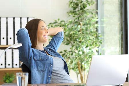 Vue de côté d'un entrepreneur satisfait d'un nouvel emploi en regardant à travers la fenêtre au bureau Banque d'images