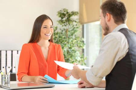 Vrouw die een cv naar de interviewer in een sollicitatiegesprek