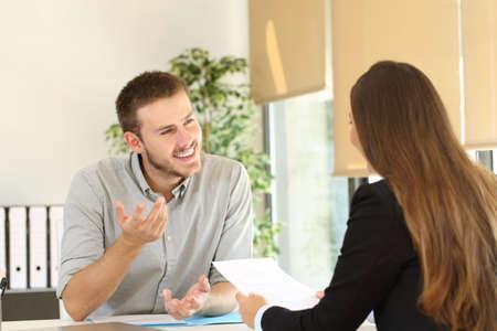 自信を持って男性が就職の面接中に彼の面接官に話して