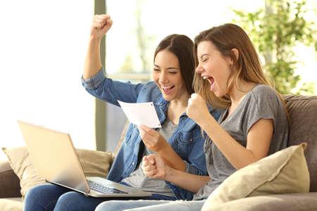 Opgewekte kamergenoten die een bankkennisgevingzitting op een bank in de woonkamer thuis lezen