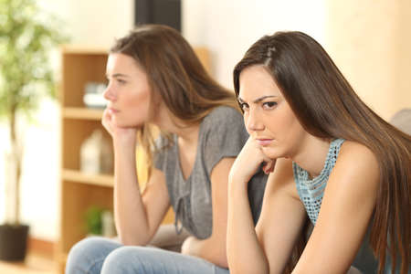 가정에서 거실에 소파에 앉아 화가 친구 또는 룸메이트