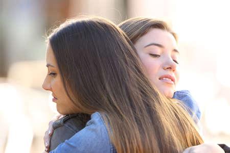 desconfianza: Dos, hipócrita, enojado, amigos, abrazar, calle