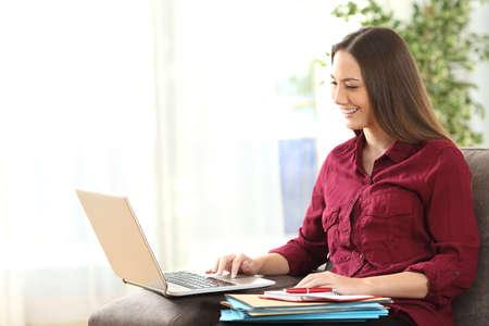 自宅の居間でソファに座ってノート パソコンでラインで作業起業家の肖像画