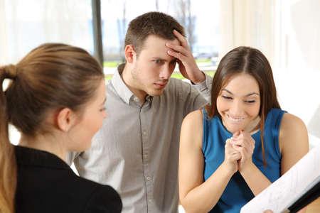 값 비싼 새 집을 찾고있는 아내와 남편이 걱정했습니다. 스톡 콘텐츠