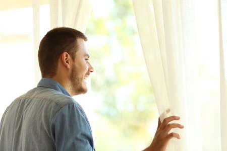 屋外ウィンドウ自宅またはホテルを見て物思いにふけるシングルマン