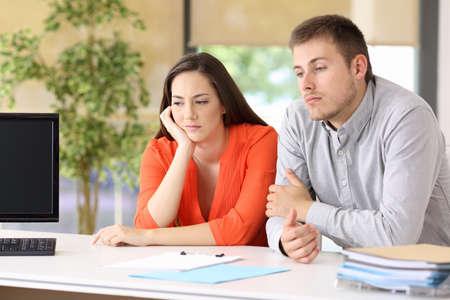 Twee verveelde klanten wachten op aanwezigheid op kantoor Stockfoto