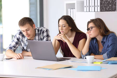 オフィスでの新しいプロジェクトを待って 3 つの退屈起業家