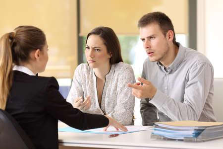 Angry couple se blottir à une femme d & # 39 ; affaires au bureau Banque d'images - 82118156