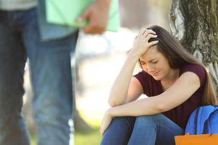 Paar studenten breken een relatie met de man die zijn vriendin verlaten Stockfoto