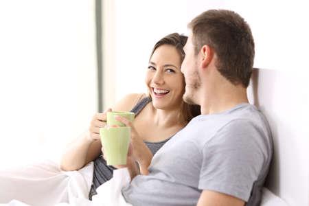 幸せなカップル朝食とホテルの部屋や自宅のベッドの上の話