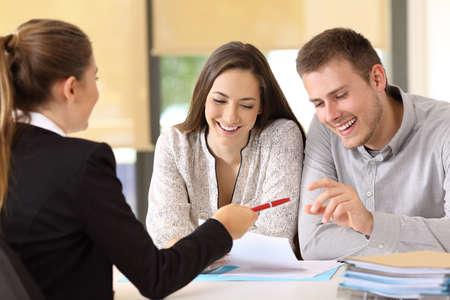 Les clients heureux sont prêts à signer un contrat au bureau Banque d'images - 82118366