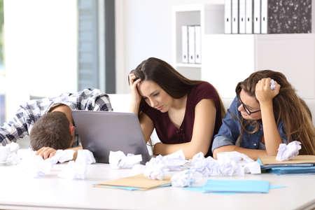 Drie gefrustreerde ondernemers zonder ideeën die zich op het kantoor overgeven