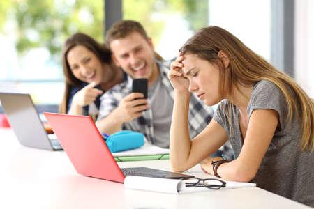 교실에서 책상에 앉아 사이버 괴롭힘의 슬픈 학생 희생자