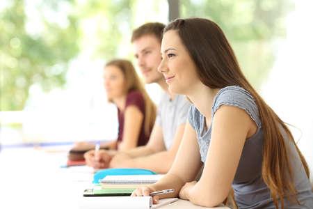 백그라운드에서 다른 반 친구들과 교실에서 수업을 듣는 학생들
