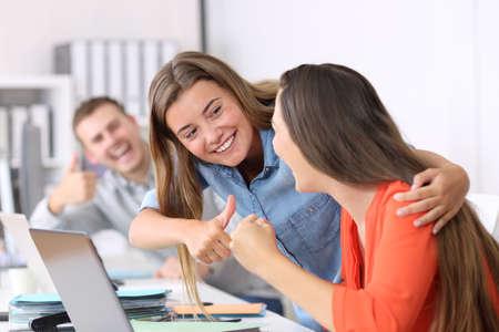 사무실에서 성취 후 성공적인 직원 축하하는 행복 동료