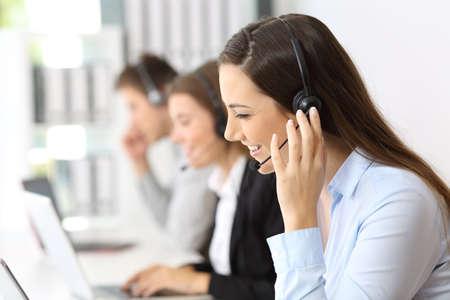 heureux travail travaillant au centre d & # 39 ; appel avec de bonnes employés en arrière-plan