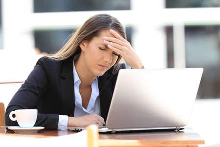 コーヒー ショップに座って疲れて実業家苦しみ頭の痛み