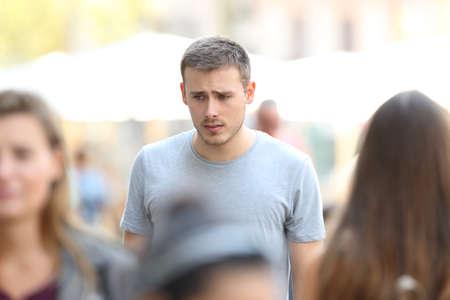 거리를 걷고 슬픈 소년의 전면보기 초상화 스톡 콘텐츠