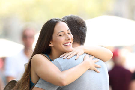 행복 한 커플 또는 친구 발생 후 거리에서 포옹