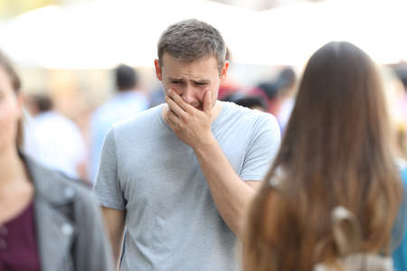 群衆の中で無視されている通りを歩いて悲しい少年の正面肖像画 写真素材