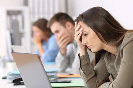 사무실에서 온라인으로 나쁜 소식을 읽고 세 걱정 직원의 초상화 스톡 콘텐츠