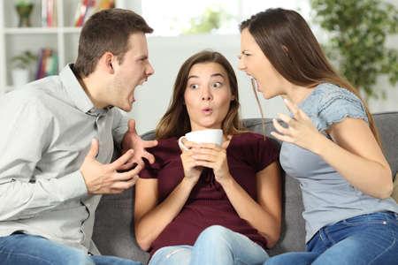 Sconvolto amico nel mezzo di una discussione di coppia a casa