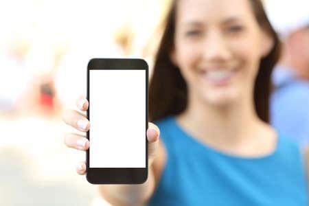 거리에 빈 수직 전화 화면을 보여주는 여성의 닫습니다
