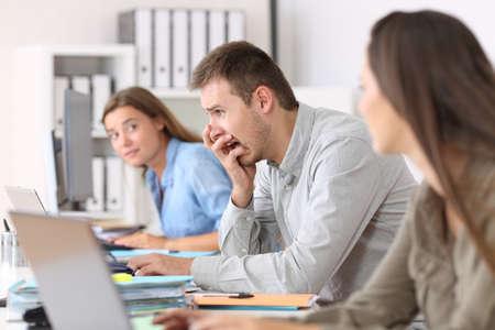 Zijaanzichtportret van een doen schrikken werknemer na een grote fout online op kantoor Stockfoto